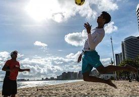 9-Jun-2013 12:46 - 'IMMIGRANT SLAAT ZOONTJE DOOD'. In het Braziliaanse Fortaleza is een Nederlandse man samen met zijn vrouw opgepakt. Ze worden verdacht van het doodslaan van hun 3-jarige zoon. Buurtbewoners hadden alarm geslagen, toen ze gegil hoorden vanuit hun flat. De politie nam poolshoogte en vond het dode kind. Dat bericht RTL. Het kind was door harde klappen op het hoofd om het leven gebracht. De krant Diário de Nordeste bericht dat de Nederlander en zijn Braziliaanse echtgenote...