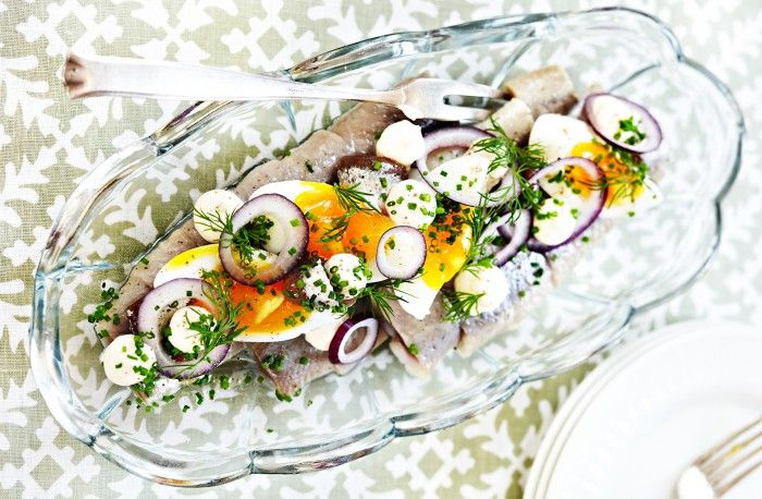 Recepå på inlagd femminuterssill med smörgåskaviar, ägg och ansjovis.
