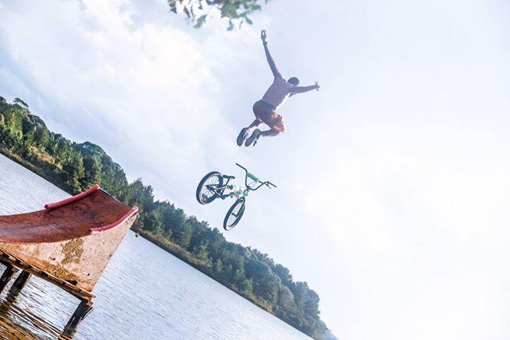 Esporte é para quem gosta de adrenalina e quer aprender a fazer manobras com a bike no ar. Custa R$ 24,90.
