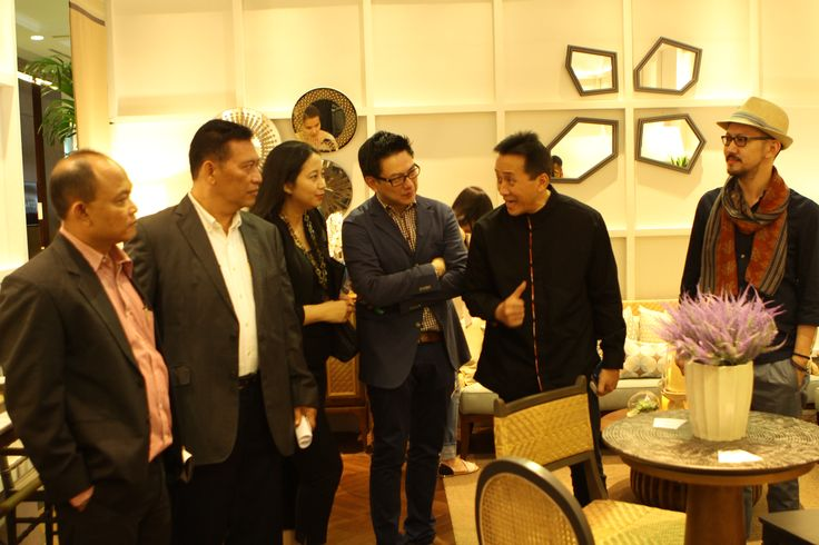 Triawan Munaf, Chief of Creative Economy Agency of the Republic of Indonesia (BEKRAF), took time to tour the halls so that he might interact directly with a number of designers and craftsmen exhibiting authentic products they have created.