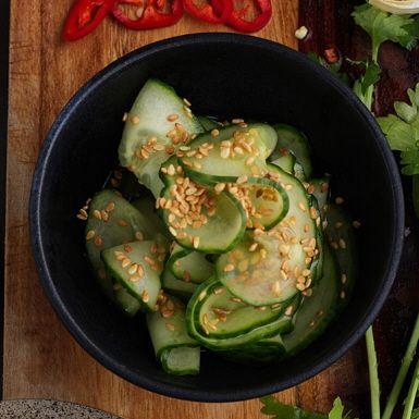 Gurka inlagd på asiatiskt vis. Risvinäger bidrar med mild syra, färsk ingefära med gott sting. Ingefärsgurkan passar lika bra till en klassisk pannbiff och köttbullar som till en het wok. Eller bjud den till kycklingfrikadeller i mustig buljong.