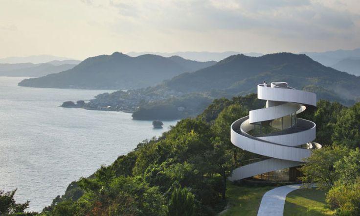 Arquitetos projetam capela conceitual baseada em histórias de amor   Em Hiroshima, no Japão, um resort investiu na arquitetura de uma capela localizada a meio caminho de uma colina com uma vista panorâmica sobre a baía do Japão. Aproveitando a vista privilegiada, a NAP Architets, empresa contratada para realizar o projeto, abusou da criatividade e do romantismo e pensou em um prédio que, arquitetonicamente, encarna o ato do casamento