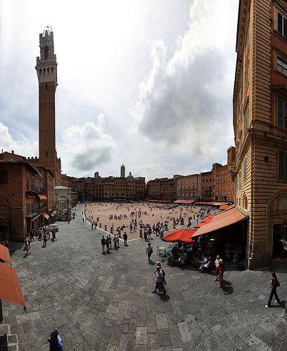 Piazza de campo, e la torre del mangia, Siena, Toscana, Italia