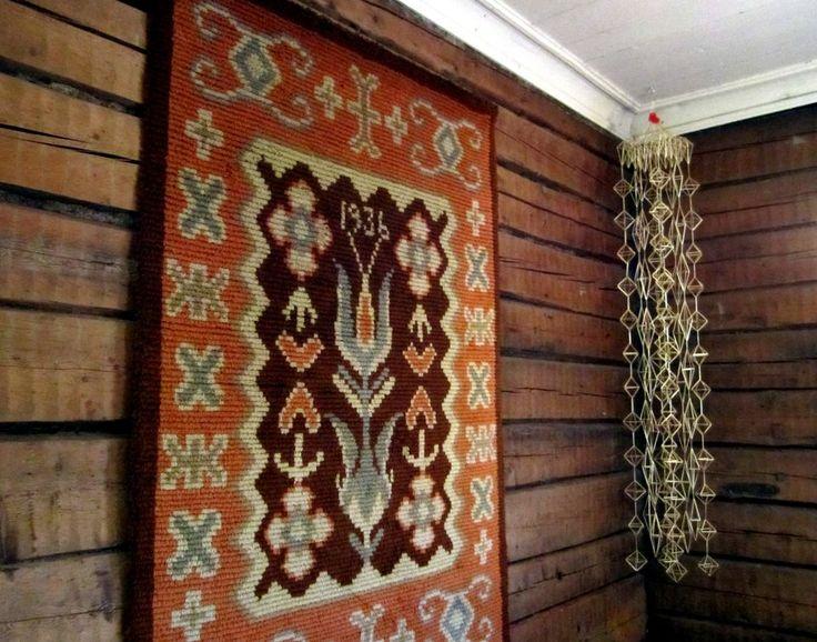 Finnish traditional rya wall rug and a 'himmeli' Christmas straw decoration. The Yli-Laurosela Farmhouse Museum | Hoitamaton olkihimmeli voi haihtua pölynä ilmaan | Yle Uutiset | yle.fi