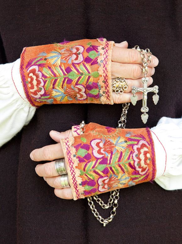 Embroidered mitts. I want these!   -folklore fashion