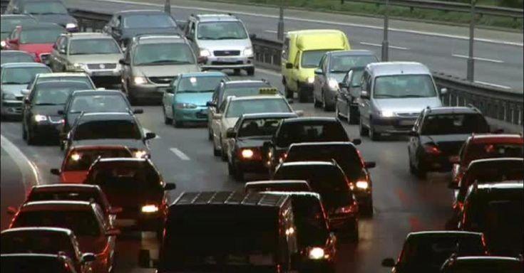 Nach den Weihnachtstagen steht für viele Menschen die Reise zurück nach Hause an. Auf den Autobahnen drohen Staus, in den Zügen kommt es zu Überfüllung.