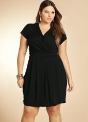 vestido preto com decote transpassado