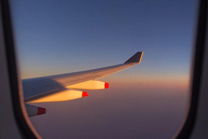 """Las turbulencias existen. No tienen más importancia que los baches en la carretera, pero cuesta dormir entre tanta agitación. ¿Le molesta el ruido de los motores? """"Las filas de detrás suelen ser más ruidosas y se agitan más durante las turbulencias"""", señala Patrick Smith es su libro  'Cockpit Confidential'  (Sourcebook Inc) ). Su sugerencia: sentarse junto a las alas. """"Es la zona más estable del avión. No hay mucha diferencia con el resto, pero algo es algo""""."""