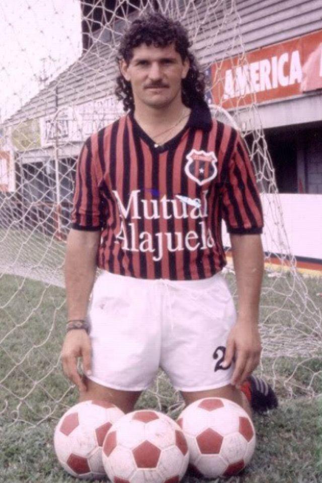 """""""El Chunche"""" Mauricio Montero, defensor todo coraje de la Liga, ultimo idolo del equipo rojinegro."""
