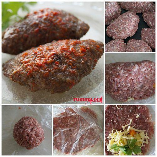 Kaşarlı köfte tarifi lezzetli köfte tarifleri arasında yer alıyor ,misafirleriniz için veya sevdikleriniz için hazırlayabileceğiniz nefis bir köfte.Biraz detaylı veya uğraştırıcı gibi görünse de 15 dakikada tepsiye yerleştiriyorsunuz. Fırında kızarmış tavuk tarifine buradan,Patates köftesi tarifine buradan bakabilirsiniz. Kaşarlı köfte için gereken malzemeler 500 gr köftelik kıyma 2 dilimbayat ekmek 1 orta boy soğan 1 çay …