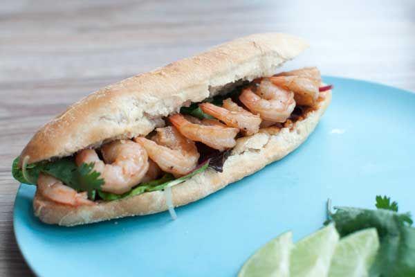 Broodje Thaise garnalen; een pittig broodje met de frisse en kruidige smaken van limoen, koriander en knoflook. Lekker als lunch of snelle avondmaaltijd.