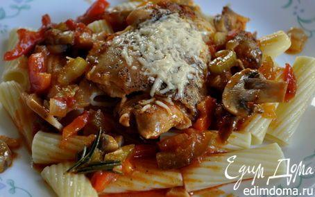 Курица в охотничьем стиле - Сhicken Cacciatore | В духовке - соус из красного перца,зелен.перца,лука,сельдерея,розмарина,чеснока, грибов и готового соуса для пасты. Сверху обжареные куриные бедра с пармезаном