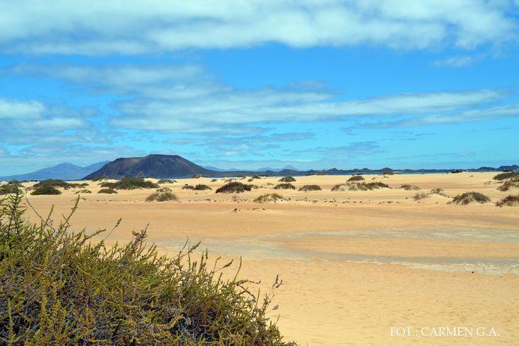 islas canarias. Fuerteventura. zona de corralejos. En frente islote de lobos y detrás isla de lanzarote. España.