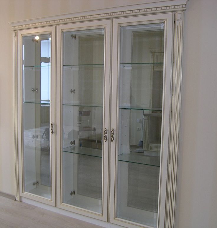 Прозрачная витрина разделяет комнату и кухню. Массив бука, стекло с фацетом, отделка золотой патиной, карниз и колонны с канелюрами подчеркнули классический стиль конструкции