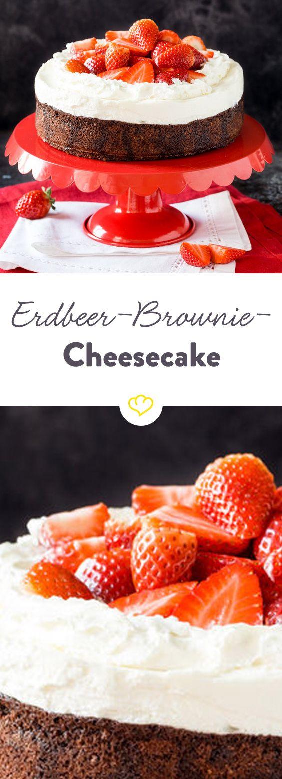Trommelwirbel…Tadaaaa! Dürfen wir vorstellen: Der 3-in-1 Kuchen für all diejenigen, die sich nicht entscheiden können. Ein Stück von diesem Kuchen ist nicht nur ein cremiger Cheesecake. Nein, es ist auch gleichzeitig ein supersaftiger Brownie! Und weil übertreiben manchmal Spaß macht, kommt noch ein Berg süßer Erdbeeren obendrauf. Nur so, weil wir es können.