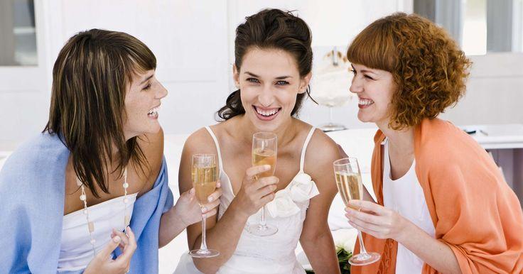 Ideas de boda sorpresa. Una boda sorpresa es una boda donde la novia y el novio y algunos co-conspiradores sorprenden a los invitados de la fiesta casándose. Las bodas sorpresa pueden ser asuntos pequeños, íntimos o pueden ser tan grandes como la boda más grande. Hay muchas cosas diferentes que debes considerar antes de celebrar una boda sorpresa.