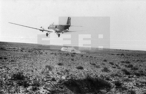 """Villa Bens (Cabo Juby), 2 de marzo de 1958.- Un """"Junkers"""" de la aviación española vuela sobre la zona de operaciones en el desierto para """"bombardear"""" a las columnas españolas con pan tierno. Las sacas de pan tierno no han faltado a las tropas epañolas alejadas de sus bases en el interior del desierto durante todas las operaciones.- EFE (pie original) / jt"""