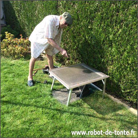 Robot-de-tonte.fr  Louis, 92 ans, à Lagny sur Marne me présente l'abri qu'il a fabriqué pour son Automower 305! 