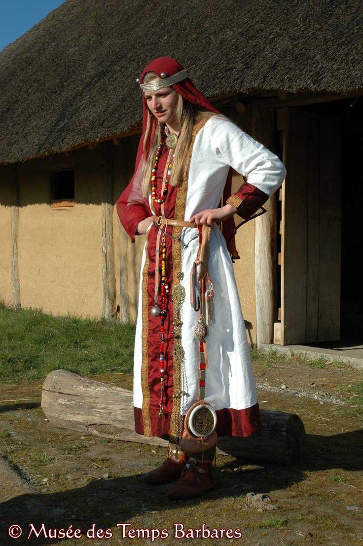 Merovingian woman, 7th century- SICHILDE. - 1) ORIGINE FAMILIALE, 1: Sichilde est la soeur aînée de GOMATRUDE, 1° épouse de son beau-fils le roi DAGOBERT. Dans la mesure où elle est bien la mère de CARIBERT II, elle a pour frère le seigneur BRODULF ou Bronulf, qui tenta de défendre les droits de son neveu sur le royaume d'Aquitaine contre les ambitions de Dagobert 1°. Brodulf est le père d'une THEODETRUDIS ou THEODILA connue par une charte de 626 concernant le partage des terres du Limousin.