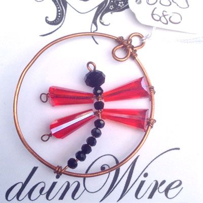 doinWire-DOW680 Pendant copper circle, dragonfly red crystal bead wings and black crystal bead body.