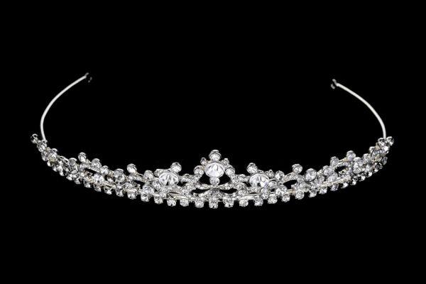Een prachtige tiara van Noblesse met strass steentjes.