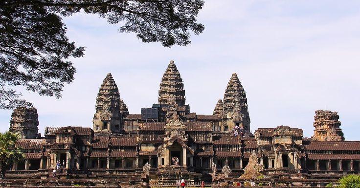 Hola estigios hoy hablaremos sobre el misterio de la talla de un estegosaurio en el templo de Angkor Wat en Camboya. Angkor Wat es un templo de Angkor en Camboya. Es el templo más grande en la Tierra y fue construido para el rey Suryavarman II en el siglo XII. Se ha convertido en un símbolo de Camboya que figura en su bandera nacional y es la principal atracción del país para los visitantes. Angkor Wat tiene fuertes asociaciones religiosas tanto con el hinduismo como con el budismo. Fue…