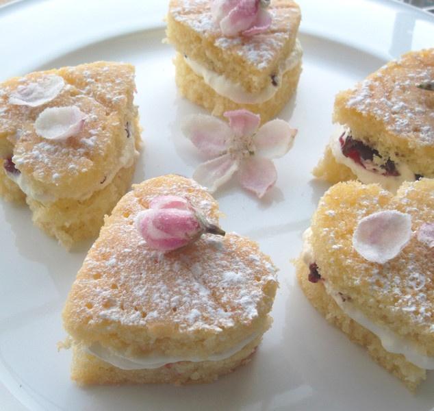 Heart sponges with crystallised apple blossom