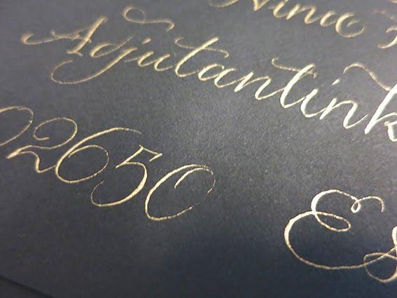 gold writing on black  musta pohja ja kullan värinen muste
