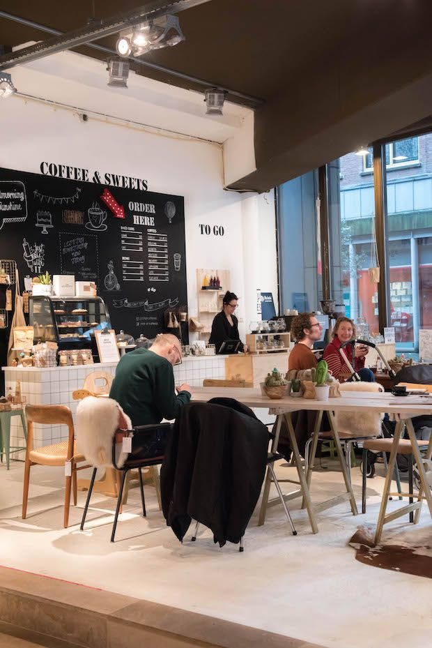 COLLECTIV   Deze conceptstore is een winkel en koffie hotspot in een. Hier kun je terecht voor bijzondere woonaccessoires, tassen, kleding en nog veel meer. Shoppen, koffie en de heerlijkste taartjes wat wil je nog meer?!   Prinsestraat 5a in Den Haag.