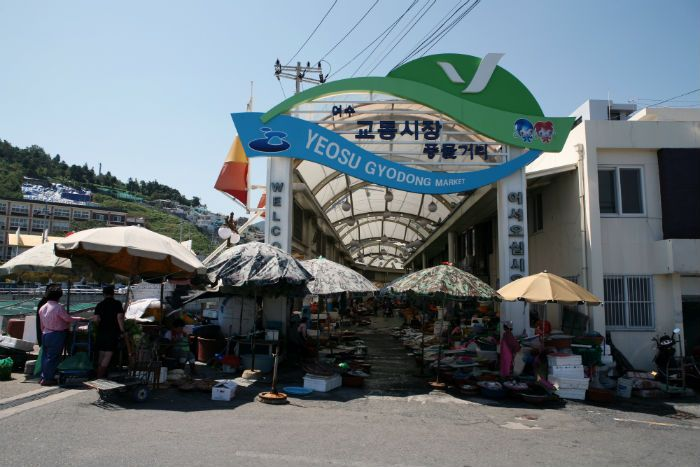 Gyodong Market first began in 1965 as a temporary market where merchants and customers gathered to sell or buy fish caught in the sea of Yeosu. The permanent fish market was established following the completion of Dolsandaegyo Bridge in December 1984 and grew into a large-scale market almost one kilometer long.