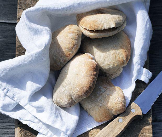 Hjemmebagte pitabrød er en nem måde at gøre hverdagsmad lækkert, og så kan de fryses ned og nydes, når du har travlt.