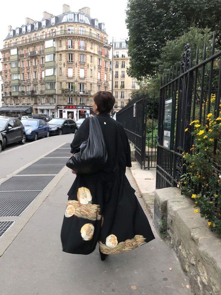 パリの街を、留袖着流しコートをなびかせながら歩いてみた。古都パリの美しさに負けないくらいゴージャスで、留袖の魅力を再認識した。