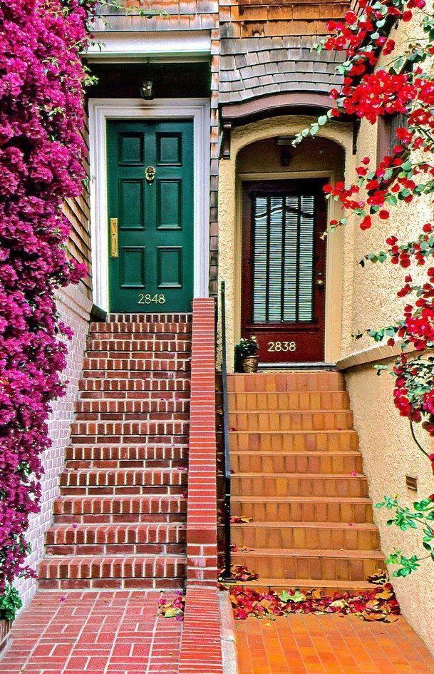 Portas, escadas e flores em São Francisco, Califórnia, USA.  Fotografia: petit-poids.