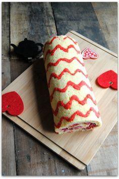Gâteau roulé aux framboises motif chevrons -