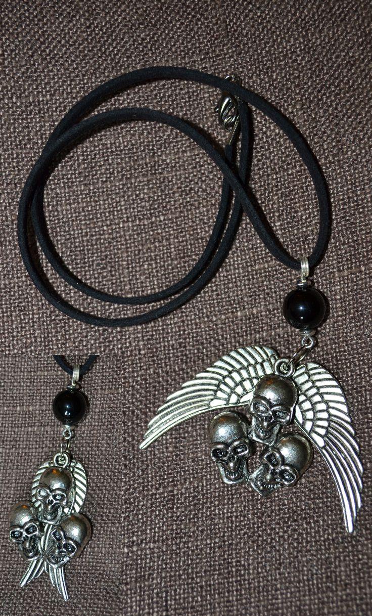 Pendente Biker Style con Grande Perla in Vetro Nero e Trio di Teschi e Ali mobili in Argento Tibetano