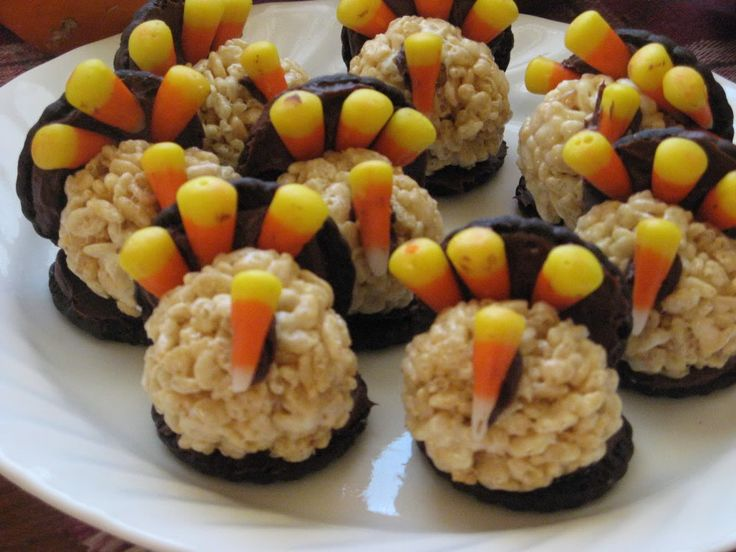 Rice Krispies, oreos and candy corn? Yes, please! Fun Thanksgiving Turkeys for kids!