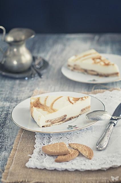 Tarta de chocolate blanco y galletas.