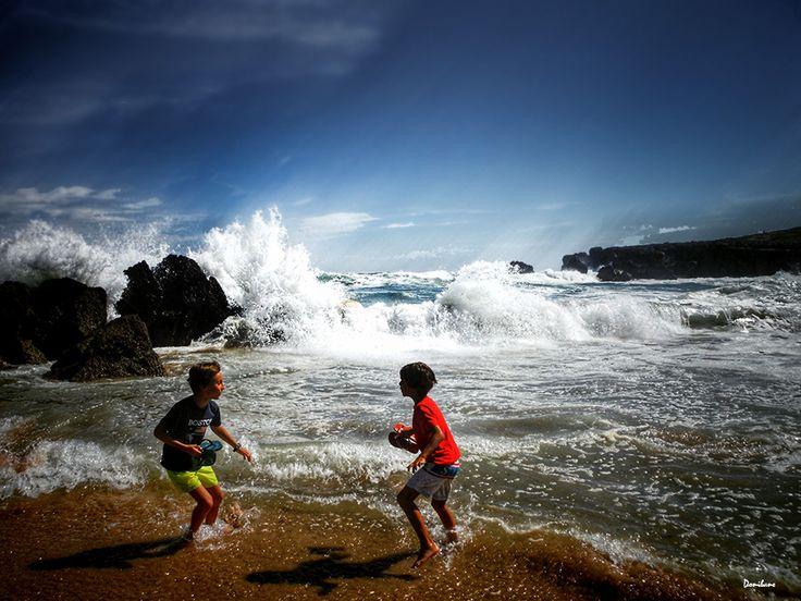Niños jugando en playa de Noja por Donibane