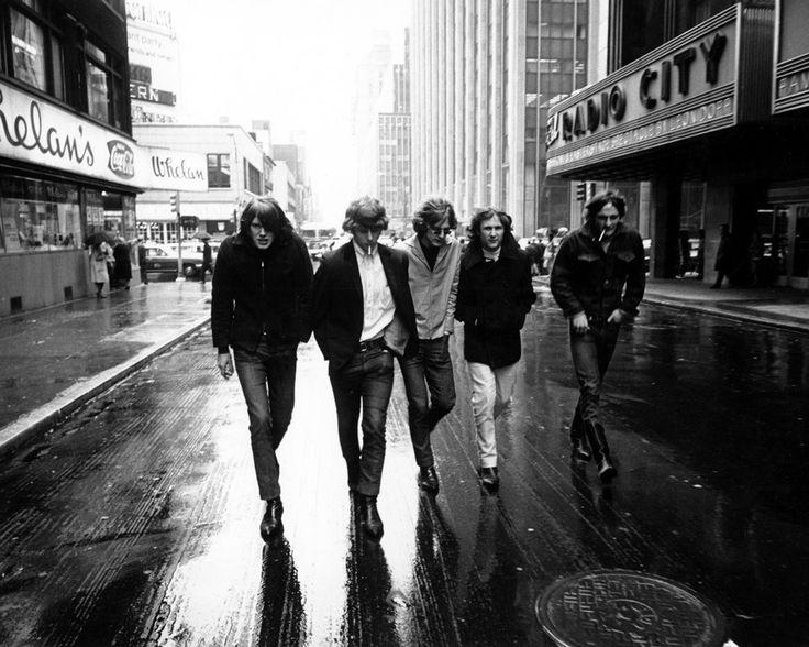 In de jaren '60 overspoelden veel Britse groepen de VS: The Beatles, The Rolling Stones, The Kinks, The Who, Led Zeppelin, ... De Amerikanen wilden daar een antwoord op bieden. Eén van die namen is The Byrds, hier op de foto. Die de Amerikaanse folk nieuw leven in blies als folkrock.