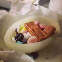 """Uova di Pasqua di Zucchero - Poco conosciute, le uova bianche di zucchero sono un'alternativa ottima per chi ama meno il cioccolato. Le trovate a Pasqua nei negozi di Pietro Romanengo fu Stefano a Genova, e sono fatte di zucchero aromatizzato alla cannella. Se nelle classiche uova si predilige un ripieno di """"zuccherini"""" tipo i fondants e le gocce di rosolio, qui prevalgono le figurine di cioccolato: coniglietti, tartarughe, conchiglie e pesciolini. Per informazioni: www.romanengo.it"""