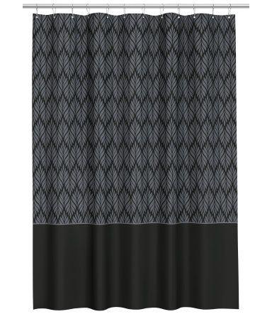 Schwarz/Grau. Duschvorhang aus wasserabweisendem Polyester mit Musterdruck. Metallösen zum Aufhängen. Die Vorhangringe sind separat erhältlich.
