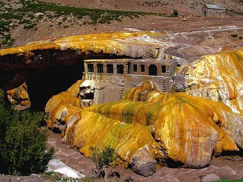 Puente del Inca, Mendoza. Argentina. Formación rocosa mineralizada petrificada.