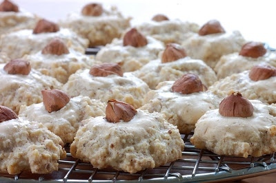 German hazelnut cookies...almost like Oma's   Google Image Result for http://1.bp.blogspot.com/_j7ArxGGiwNM/R1xic7Cf_TI/AAAAAAAAA_Y/otH7P6sgLNE/s400/CCarignan_omascookies.jpg