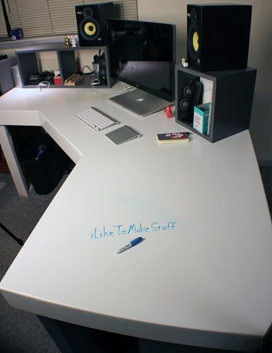 This modern computer desk is compact in size and is ideal for smaller spaces such as a bedroom, dorm, apartment or home office. #WoodworkingProjectsComputerDesk