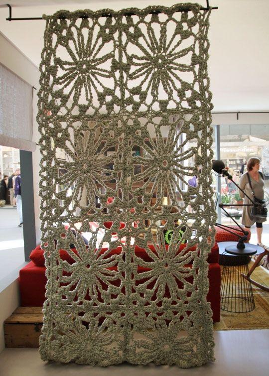 Crochet a hanging room divider.                                                                                                                                                      Más