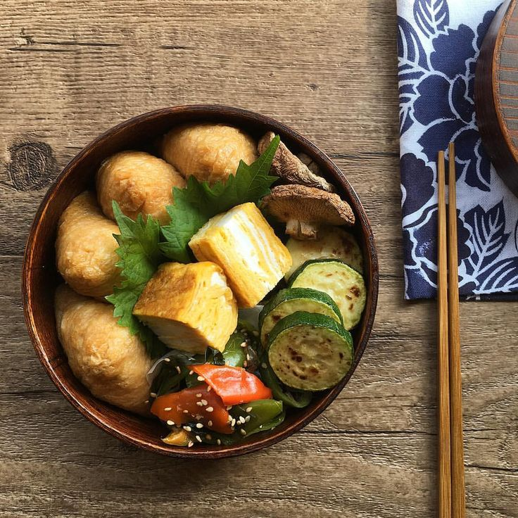 ・ ・ ・ 2017.08.23 myお弁当 ・ ・ +一口お稲荷さん +とろろ芋入り玉子焼き(娘作/冷凍) +椎茸のグリル焼き +ズッキーニソテー +ピーマンとわかめのおかか炒め ・ ・ ・ 今週は朝食を撮る余裕がなく お弁当の投稿で失礼します☺︎ ・ ・ ・ Today's my lunch bento. Inari-zushi(sushi wrapped in deep-fried tofu), rolled omelet with grated yam, grilled shiitake mashroom, sauteed zucchini, fried bell pepper and wakame seaweed with dried bonito. ・ ・ ・ #まごわやさしい #日本が元気になるご飯 #お弁当 #弁当 #サラメシ #丸弁 #まるべん #曲げわっぱ #わっぱ #おうちごはん #うちごはん #昼食 #和食 #暮らし #献立 #washoku #lunch #bento #japanesefood #instafood #instagood