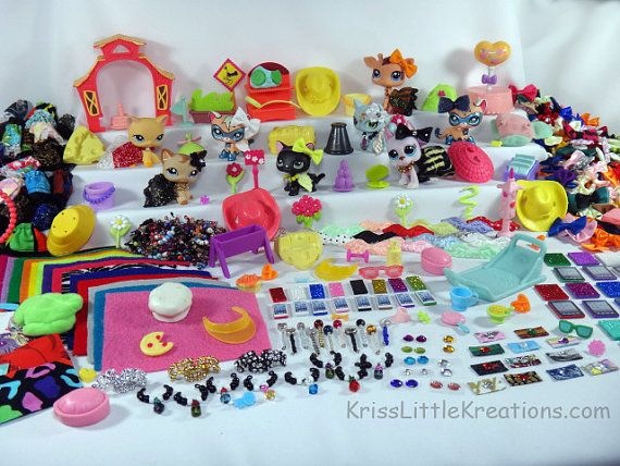 Littlest Pet Shop Hand Made Accessory Lot Grab Bags Bows, Necklaces, Glitter Cell Phones, Collars, Blankets/Rugs, Wands, Glitter Tablets, Purses/Wallet, Ties, Pillows, Multi-colored Wings, Dresses, Earrings, Hats, Original Small LPS Accessories You will receive 1 Gift Bag with accessories that correspond to your purchase amount. Original Large LPS accessories and LPS pets ARE only available with the 15, 20 and 25 pc lots. See my other listings for purchasing. These dresss are ha...