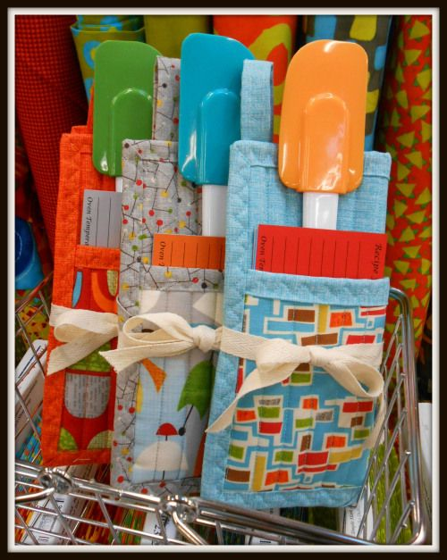 The perfect gift to keep on hand for unexpected holiday guests, for your child's teacher, a little something extra to stuff in a stocking....folded potholder with spatula and recipe cards.