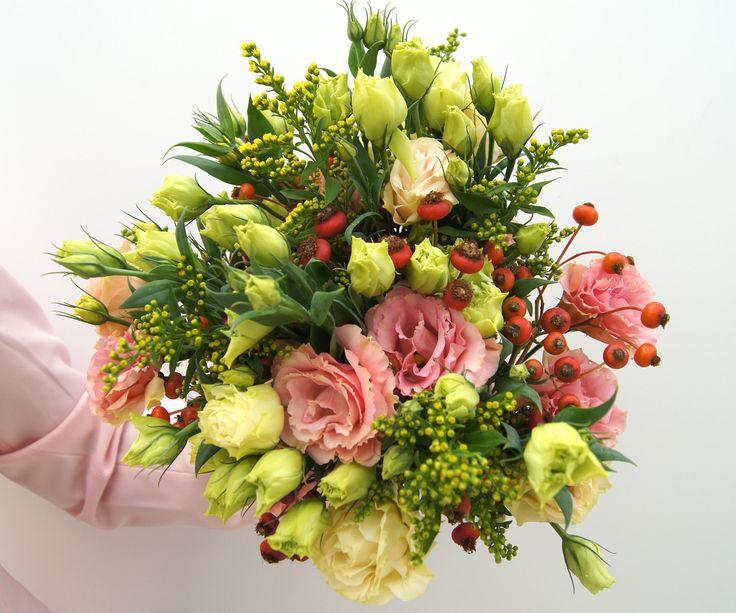 """Nice Moments Unser Bouquet """"Nice Moments"""" verwöhnt Sie mit zarten lachsfarbenen Japanröschen und orangeroten Hagebuttenzweigen. Für farbenfrohe Herststimmung sorgt in unserem Bouquet goldgelbes Solidago. Genießen Sie die schönen Momente und diese einzigartige Blumenkombination. JETZT BESTELLEN bis Ende Oktober 2017   https://www.star-flower.de"""