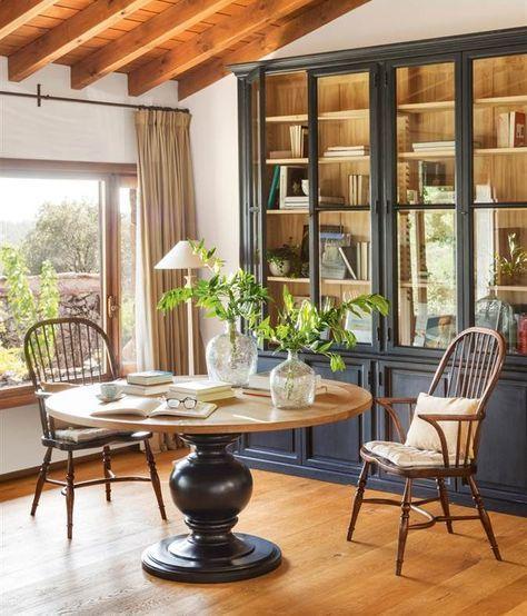 Librería gris, mesa de madera redonda, suelo y vigas de madera (00412168)